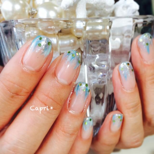 涼し気nail。爪の成長が早いお客様には、指先にデザインを。伸びても気にならずに楽しめます。Blueの風の流れをイメージして。とっても爽やかです