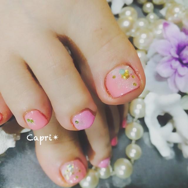 Natural pink nail。二色のピンクを使って優しいイメージにしました。シェルやキラキラを乗せると、動くたびに光り輝きます