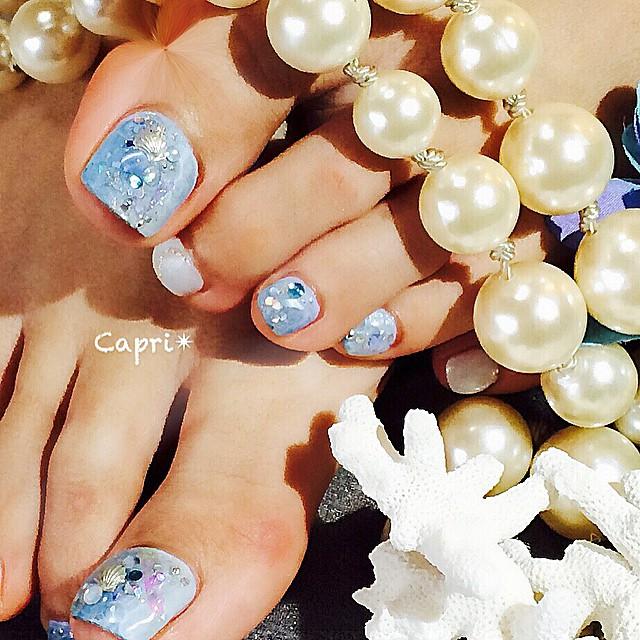 Jewel nail。宝石のように煌めく海 「海」のイメージでとご注文がよく入る時期。同じ海でも仕上がりは、違ってきます。適当にキラキラを散りばめてるようで、実は計算してバランスを考えて乗せてますどの角度から見てもお客様の足元が輝きますように。
