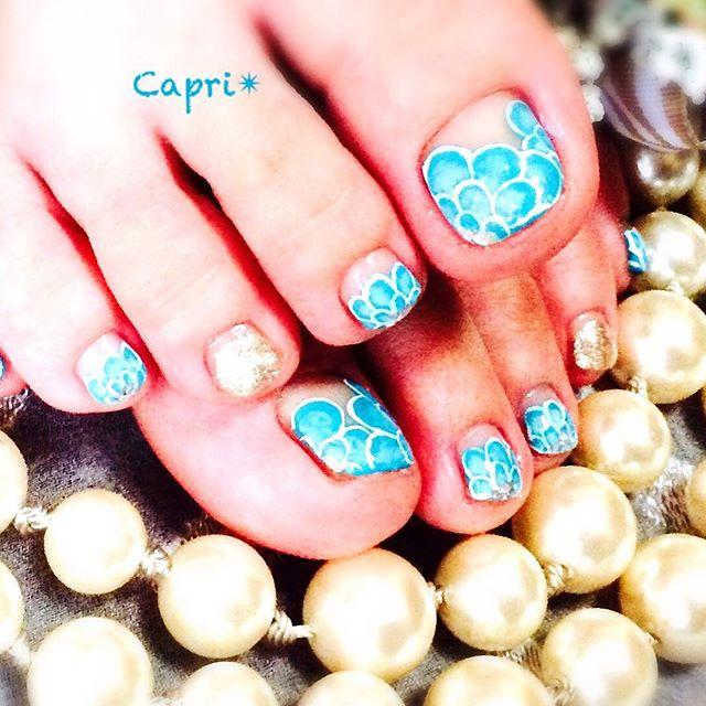 bubble nail。泡をフワフワモコモコ。涼しげにデザインしたものです。けれど、よく見ると、、実は青いお花になっているのです!隠し絵っぽく、面白く。
