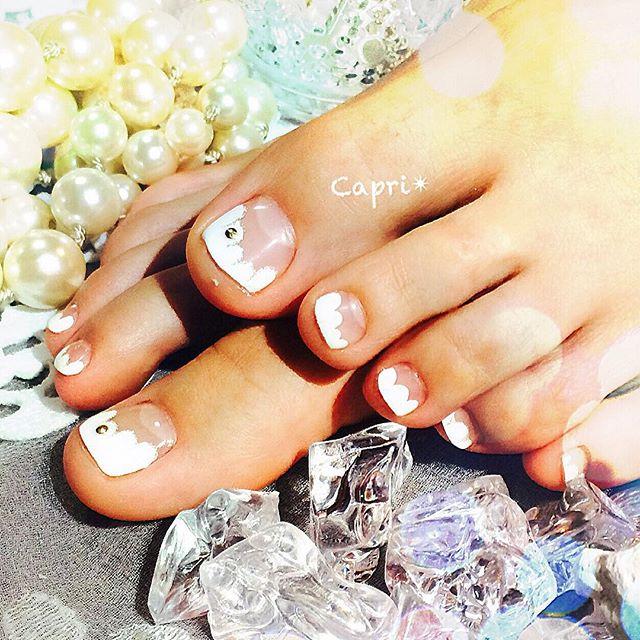 モコモコ フレンチネイル。白一色で夏の雲をイメージしたフレンチネイル。足元にWhiteって結構目立つのでラメラインの縁取りを加えるだけで印象的ですopen toeのサンダルにピッタリ!