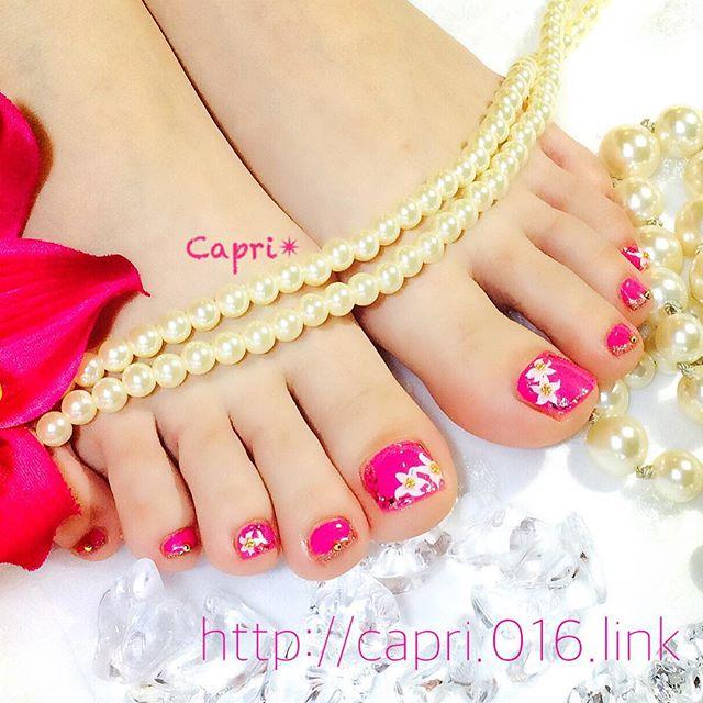 リリィネイル。百合の花でエレガントに。。。濃いピンクがsexyな足元を演出します。