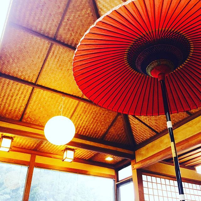お陰様で定員に達しましたが、キャンセル待ちのご予約受付中です↓↓↓↓↓ 3/21(祝月)和とyogaのコラボレーションイベント! 『◯−yoga』.....和ヨガ 一期一会のおもてなし五感すべてを味わう茶道と心身共に美しく整えるyogaをこの「ひと時」で。温かみのある茶の間の空間で心と身体、魂の繋がりを感じて頂きます。約一時間ほどのyogaの後和菓子とお茶を召し上がりながらyogaの効果や和の効果のお話などミニ茶会を行います。お帰りには、ちょっとしたミニギフトもご用意しております。花咲き溢れる春の日に限定18名様のみのプレミアムイベントお気軽にご予約下さいませ ↓↓↓↓↓↓日時2016年3月21日祝(月)am8:30〜  受付開始8:45〜  Yoga10:00〜  茶会場所伊藤けえらん新家〒847-0022唐津市鏡4734-40会費¥3,500ご用意頂くものヨガマット(有料レンタル可)ご予約アドレスo-yoga@excite.co.jpご氏名、お電話番号、ご住所をご記入の上、メール送信お願いいたします。確認のご連絡を致します。 ※当日は動きやすい格好でお越し下さい。尚、ゆったりとしたお時間をお過ごし頂きたいので、小さなお子様連れは、ご遠慮頂きますようお願いいたします️ キャンセルが出た場合は、先着様からご案内差し上げます!お気軽にご予約下さい