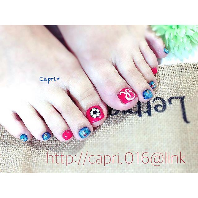 応援 nail ・サッカーの応援にチームのロゴとサッカーボールを描き込んで・得意の手描きです・デザイン技術料角質ケアフットマッサージ込み.....計¥13,000・プライベートサロン『capri-カプリ』http://capri.016.link/・#唐津ネイル #capri #応援にネイルもいいね!