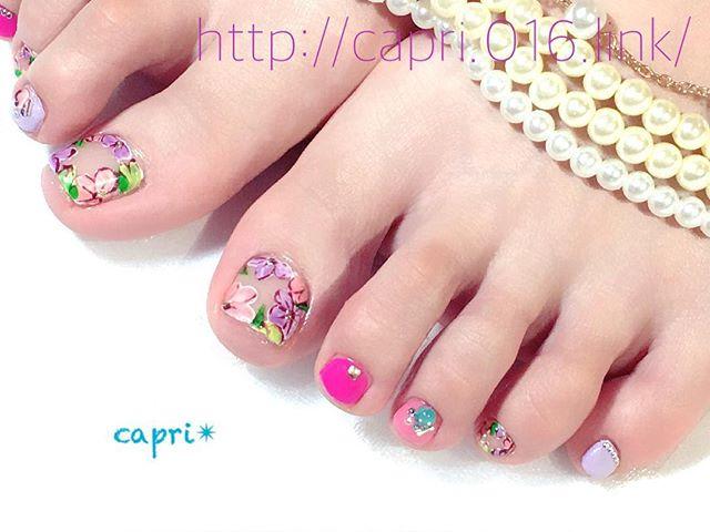 花輪 nail・色々な花のイラスト。・周りを囲むように描いたら、空間デザインになります・お客様のイメージに合わせて華やかなカラーもプラス!ああ、今日もぴったりだわ・http://capri.016.link/#capri#唐津nail#空間デザインもnailで出来る!