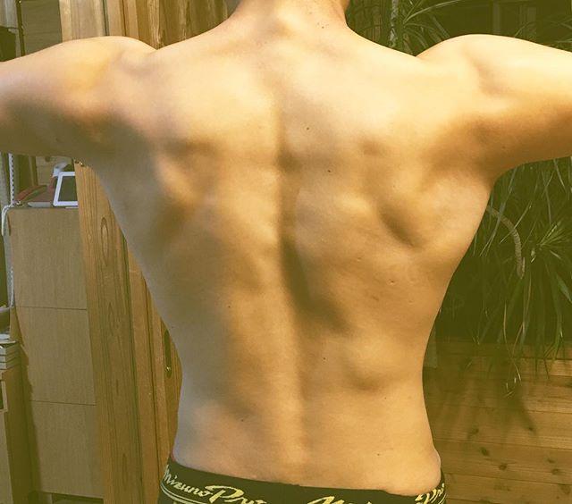 体幹トレーニングしている15歳の次男の背中です。みるみる身体が出来てきているようです。ボコボコして少し気持ち悪いような気もします😑#筋トレ #体幹#15歳の背中