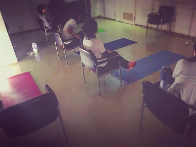 19:00-ハタセラピーyogaレッスン・皆さん始まる前におしゃべりして盛り上がってます。・私はこういう和んだ人の姿が好き。・思わず隠し撮りしました。笑・このクラスも始めはみんな知らない人同士。だけど、今はこんなに楽しんである。・自然と自分の居場所になってくるってステキなことですね。http://yogamate016.link/#yogalover #yogafun #yogaflow #loveyoga #唐津ヨガ #yogamate #yogamates #yogalife #yogalovers #instayoga #yogaclass #ヨガメイト唐津 #夜ヨガレッスン